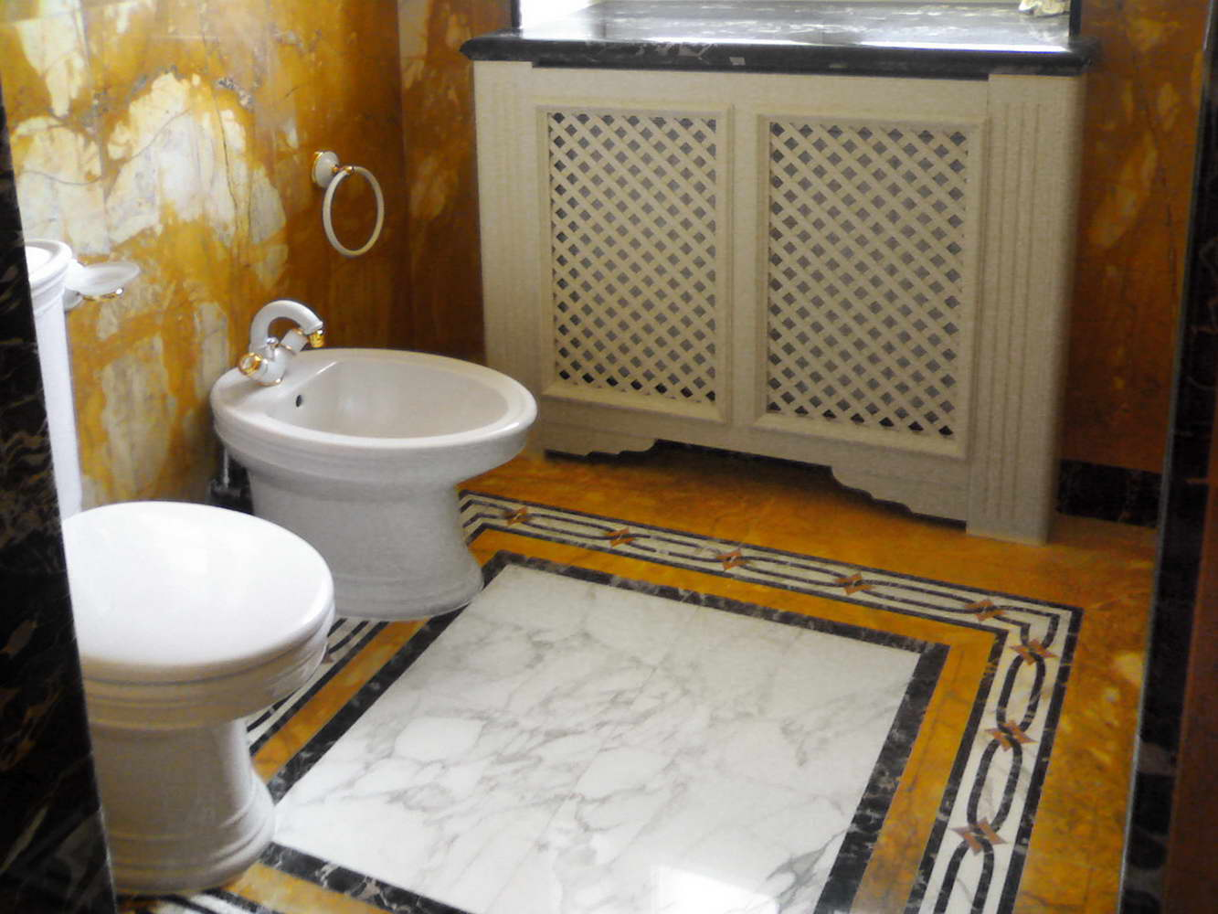 bagno in marmo giallo siena portoro calacatta rosso